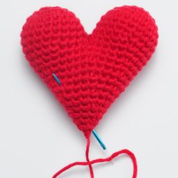 Crochet these super cute amigurumi hearts for Valentine's Day using this FREE crochet pattern! Written pattern with photos for 6 different sizes!
