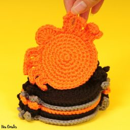 Crochet these super easy, creepy and cute Spider Coasters for Halloween! #freecrochetpattern