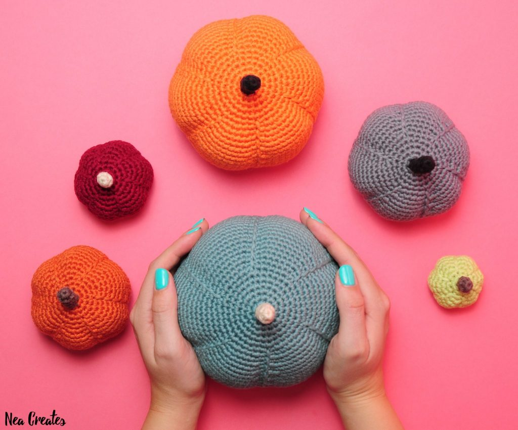 Crochet these super cute amigurumi pumpkins for Halloween using this FREE crochet pattern! Written pattern with photos for 6 different sizes!