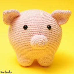 Piper the Pig, free crochet pattern. Crochet a super cute pig using this FREE amigurumi pattern! #freeamigurumipattern #freecrochetpattern #piperthepig