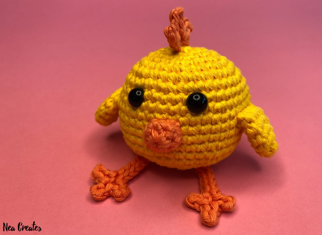 Crochet the adorable Charlie the Chick for Easter or just for fun using this easy FREE amigurumi pattern / crochet pattern. #freeamigurumipattern #freecrochetpattern #charliethechick | Nea Creates