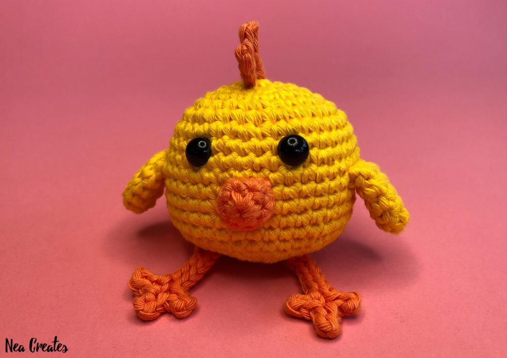 Crochet the adorable Charlie the Chick for Easter or just for fun using this easy FREE amigurumi pattern / crochet pattern. #freeamigurumipattern #freecrochetpattern #charliethechick